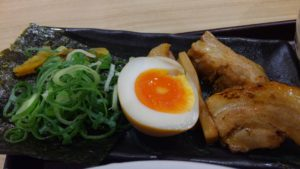 えび豚骨拉麺 春樹 南砂町スナモ店の辛魚介とんこつつけ麺の具材