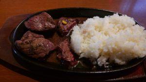肉の村山 葛西店のステーキ鉄板にご飯を入れて肉汁ライス