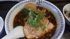 卍力のスパイス・ラー麺に煮卵を乗せる