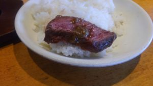 肉の村山 葛西店のテキサスステーキにわさび醤油を乗せる