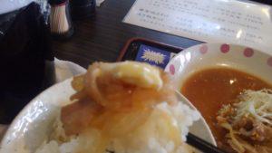 東京ポーク神社 本店の生姜焼きをご飯に乗せる