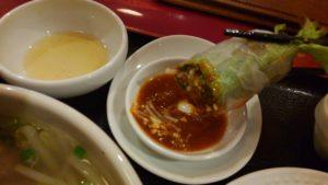 ハローベトナムレストラン 西葛西店のチキンライスと牛肉のフォーのセットのあ生春巻き 箸上げ