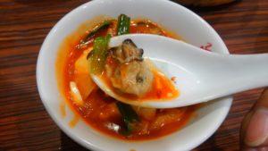 阿里城 スナモ店の豆腐とカキのモチ入り中華風チゲ カキ 箸上げ