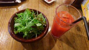 Beaf LABO 西葛西店のランチサラダとブラッドオレンジジュース