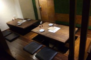 山芋の多い料理店の座席の様子