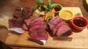 馬酒場ボブリーの馬肉ステーキ盛り合わせ