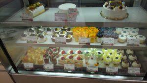 フォーシーズンズカフェの店内ショーケースのケーキ