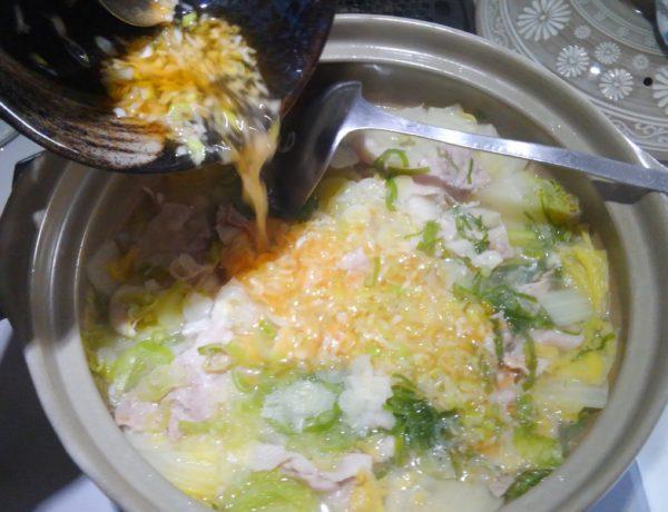 塩レモン鍋に ネギ塩だれ投入
